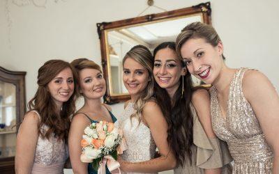 Una sposa e quattro damigelle in una cornice meravigliosa